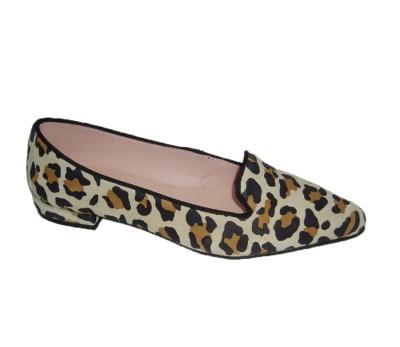 Bailarina mujer ante leopardino plana