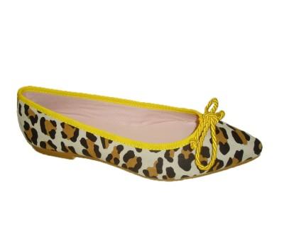 Francesita mujer ante leopardino