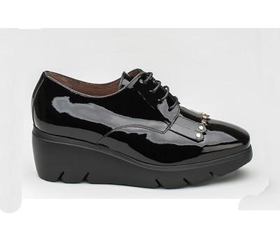 Zapato abotinado mujer charol negro tachas