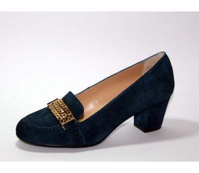 Zapato negro con cadenas decorativas