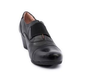 Zapato abotinado negro de cuña