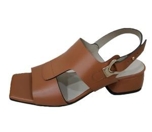 Sandalia de piel color cuero de  tacón bajo cuadrado al igual que la puntera, sujeta con estribo lateral de botón metálico