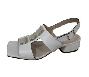 Sandalia de una sola pieza en blanco off adornada 3 piezas metálicas