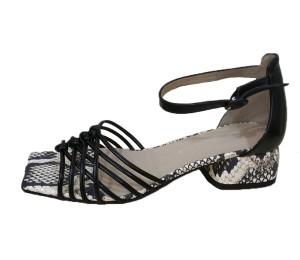 Sandalia de piel negra combinada con piel pitón  en blanco y negro de talón cerrado con pulsera al tobillo.