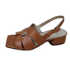 Sandalias de piel color cuero con tacón forrado al tono y adorno metálico en el empeine