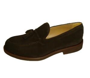 Zapato de pala alta con adorno de pasados y borlas en serraje cafe y piso ultra light
