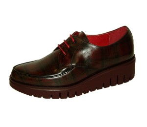 Zapato escoces rojo de cordones con piso grueso rayado