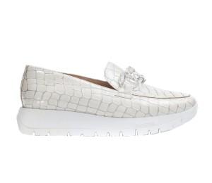 Zapato estilo mocasín en piel grabada color off con piso WondersFly adornado con cadena de tres eslabones trasparentes.